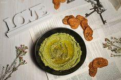 Für die Brotchips: Zutaten (für 2 Portionen) 1 Baguette ( 250 g) 2 EL Ölivenöl Meersalz & getrocknete Kräuter Den Backofen auf 190° Grad Ober und Unterhitze vorheizen. Das Weißbrot in feine Scheiben schneiden (ca. 2 mm). Ein Backblech mit Backpapier auslegen. Die Brotscheiben auflegen und mit etwas Olivenöl bestreichen (mit einem Backpinsel). Mit Meersalz …