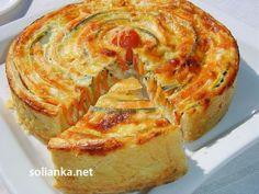 Овощной пирог «Полосатик»:     1 кабачок     1 цукини     3 моркови     300 г  муки     7 ст. лож.  холодной воды     Соль     4 яйца     2-3 зубка чеснока     160 г  масла сливочного     160 г твердого сыра     300 мл молока