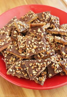 Graham Cracker Toffee - Crisp, buttery (and very addictive) graham cracker toffee totally hits the spot for everyone's sweet tooth! Just 5 ingredients and 15 minutes, and easier than any cookie. Graham Cracker Toffee, Graham Cracker Recipes, Graham Crackers, Toffee Crisp, Toffee Bars, Chocolate Topping, Semi Sweet Chocolate Chips, Chocolate Cheesecake, Candy Recipes