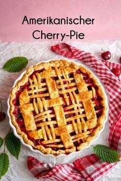 Unter einem knusprigen Mürbeteig verstecken sich ganz viele Kirschen. Cherry-Pie ist das perfekte Mitbringsel im Sommer #cherrypie #kirschpie #kirschen #pie Baking Recipes, Waffles, Breakfast, Food, Cherries, Summer, Cooking Recipes, Morning Coffee, Essen