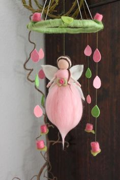 Eine zartes Mobile mit Röschen, einer Elfe in einem zartem Rosa mit weißen Fl… A delicate mobile with roses, an elf in a delicate pink with white wings . Cute Crafts, Felt Crafts, Diy And Crafts, Wet Felting, Needle Felting, Felt Angel, Felt Fairy, Mermaid Dolls, Felting Tutorials