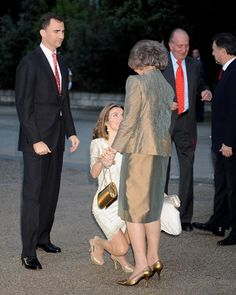 princess Letizia curtsey | Princess Letizia Curtseying Queen Sofia in a recent event.