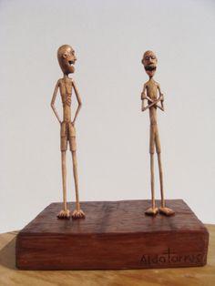 """""""Grandes amigos"""", micro escultura de madeira / 13x10.1x7.2cm"""