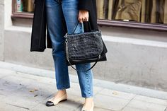Chanel flats X mom jeans. Chanel Flats, Ballet Clothes, Swedish Fashion, Fashion Details, Fashion Design, Grey And Beige, Denim Fashion, Jeans Style, Style Icons