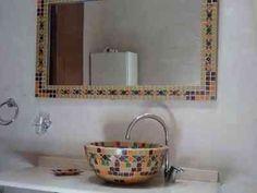 Ba o reciclado mesada revestida con venecitas y espejos for Banos decorados con guardas de venecitas