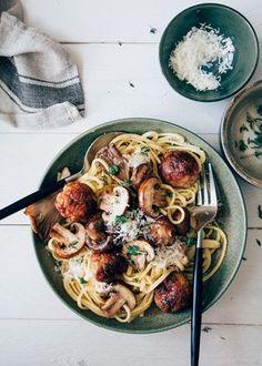 Dit is een heerlijk pasta recept met een romige saus met gemixte paddestoelen en kipgehaktballetjes met tijm, citroen en natuurlijk Parmezaanse kaas