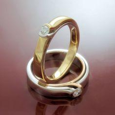 Glanzpunkte setzen diese eleganten Ringe mit je einem Brillanten und der interessanten Silhouette aus zweierlei Gold. Die Ringe sind entweder in der Kombination Rot- und Weißgold oder Weiß- und Gelbgold erhältlich.