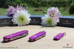 Victorinox Alox Limited Edition 2016 Orhid blev produceret i 2015. For første gang nogensinde, består Victorinox årsmodellen faktisk af intet mindre end hele tre lommeknive! Victorinox Classic (58 mm), Victorinox Cadet (84 mm) og  Victorinox Pioneer (93mm). En violet orkidé præger og kendetegner således 2016 Limited Edition udgaven fra legendariske Victorinox. Kan helt klart anbefales som en gave til en du holder særligt meget af.  Kig forbi: www.nyttigbras.dk