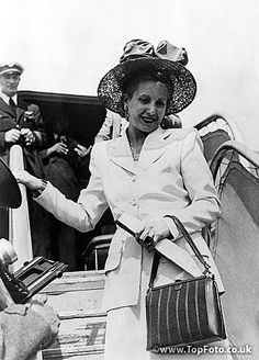 Madame Eva Duarte De Peron wife of the Argentine President leaves an airplane President Of Argentina, 1940s Looks, All Presidents, All About Eve, Love Hat, Perfect Woman, Queen, Strong Women, Fashion Photo
