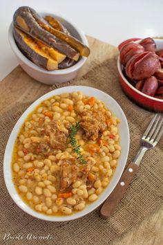 Rețeta simplă de iahnie de fasole cu afumătură, mâncare tradițională a românilor, deosebit de gustoasă. Minunată în zile de sărbătoare, alături de murături. Chana Masala, Ethnic Recipes, Food, Meal, Essen, Hoods, Meals, Eten