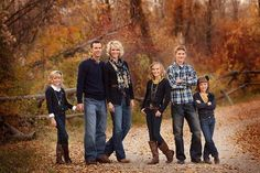 Fall family picture, outfits are perfect Large Family Poses, Family Picture Poses, Fall Family Pictures, Family Picture Outfits, Photo Couple, Family Photo Sessions, Family Pics, Couple Shoot, Mini Sessions