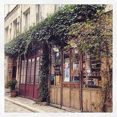 Le charme des ruelles à #Paris.  #Paris #Pavee #Ruelle #City #VieuxParis #Quartier #11Eme #Paris11 #Quarter #InstaParis #InstaPhoto #Ancien #Ballade by emilie_la_merveilleuse