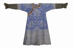 晚清·织锦吉服   织锦是用染好颜色的彩色经纬线,经提花、织造工艺织出图案的织物。历史悠久,周代起便由织锦诞生。