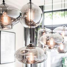 Rookglas is momenteel een echte trend in de interieurwereld. Hierin las je meer in onze mailing afgelopen vrijdag. Hierin schreven we over de verlichtingtrends van 2018. Hebben jullie het gelezen? Deze mooie lamp in rookglas is van lights by Eve, absoluut onze favoriet... Een echte blikvanger in je interieur! #lightsbyeve #meubelparkdebongerd #rookglas #trend #blikvanger #interieur #lamp #highclass #woonwinkel #meubels #accessoires #styling #binnenkijker #styliste