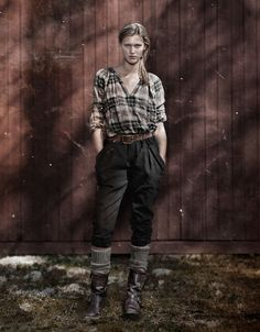 pleated pants and plaid shirt nygards anna Plaid Fashion, Vintage Fashion, Chic Outfits, Girl Outfits, Swedish Women, Country Chic, North Country, Pleated Pants, Kinds Of Clothes