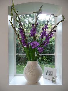 purple gladiolas - very striking against the white vase Colors That Compliment Purple, All Things Purple, My Flower, Flower Art, Flower Power, Beautiful Flower Arrangements, Beautiful Flowers, Cut Flowers, Purple Flowers