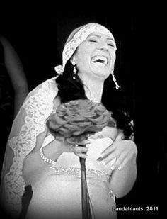 La felicidad de la novia...  #PhotoLanda Beanie, Happy, Fashion, Happiness, Boyfriends, Moda, Fashion Styles, Ser Feliz, Beanies