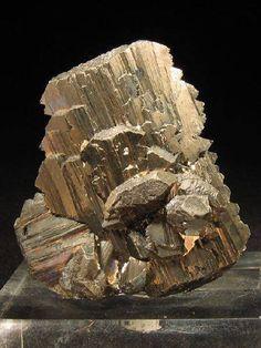 Arsenopyrite Арсенопирит  минерал из класса сульфидов состава FeAsS. Синонимы: мышьяковый колчедан, миспикель, тальгеймит Арсенопирит — основное сырьё для получения мышьяка и его соединений