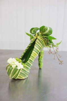 me ~ Aucun texte alternatif disponible. Flower Shoes, Flower Dresses, Flower Art, Deco Floral, Arte Floral, Floral Design, Ikebana, Costume Fleur, Deco Nature