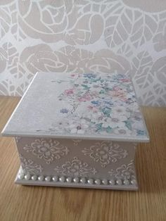 Decoupage Box, Decoupage Vintage, Handmade Crafts, Diy And Crafts, Recycled Decor, Wood Table Design, Shabby Chic Crafts, Tea Box, Altered Boxes