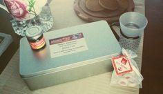 """Mims Tee – Teebox """"Klara-Line"""" mit sechs wechselnden Teesorten a 30g, jeweils in einer runden Teedose mit Sichtfenster und weiteren wechselnden Beigaben. - www.mims-tee.de"""