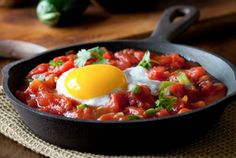 Fresh Huevos Rancheros: This Mexican recipe incorporates fresh ingredients and zesty flavors for a spicy and delicious way to start your day! Huevos Rancheros, Healthy Snacks List, Healthy Recipes, Banting Recipes, Banting List, Huevos Fritos, Brunch, Mexican Food Recipes, Ethnic Recipes