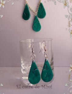 Conjunto gotas,coleccion verde que te quiero verde.  Conjunto formado por :  Cada gota mide aprox.3 Cm de largo.  Collar con 3 gotas colgadas-->9 euros.  Pendientes forma de gota-->6euros  Lijados y luego barnizados. Se venden juntos o separados.