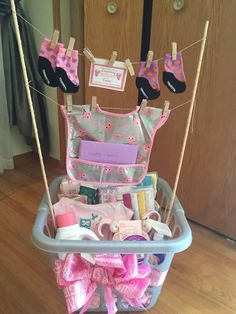 60 Cute Baby Shower Gift Ideas For Baby Girls – Baby Shower Ideas for Girls – Grandcrafter – DIY Christmas Ideas ♥ Homes Decoration Ideas Regalo Baby Shower, Cute Baby Shower Gifts, Cute Baby Gifts, Baby Shower Gift Basket, Baby Shower Niño, Baby Shower Presents, Baby Girl Gifts, Baby Shower Parties, Baby Shower Themes