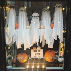 Window display inspiration for storefronts Salon Window Display, Halloween Window Display, Boutique Window Displays, Window Display Design, Store Window Displays, Halloween Displays, Autumn Window Display Retail, Spring Window Display, Display Windows