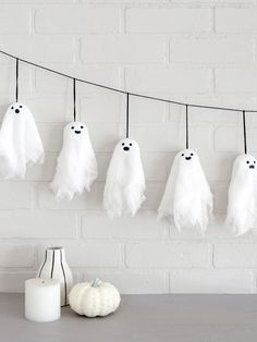 Cute with a bit of spook! Decorate with a DIY Halloween banner featuring these e… Cute with a bit of spook! Decorate with a DIY Halloween banner featuring these easy and kid-friendly mini ghosts. Halloween is almost here! Spooky Halloween Decorations, Halloween Prop, Outdoor Halloween, Halloween Party Decor, Halloween 2019, Halloween Crafts For Kids, Spirit Halloween, Diy Halloween Easy, Diy Halloween Bunting