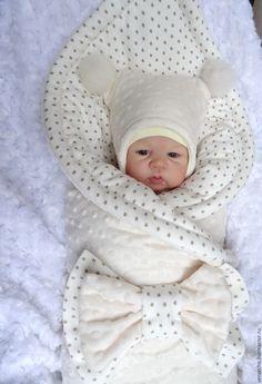 Купить или заказать Комплект на выписку 'Молочные звезды' в интернет-магазине на Ярмарке Мастеров. Этот чудесный комплект на выписку состоит из слипа, тонкой шапочки, рукавичек, утепленной шапочки с меховыми помпонами, утепленного одеяла(утеплитель альполюкс 250), пеленки-пледа и банта на резинке. Подходит для выписки зимой, холодной весны и осени.