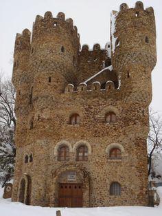 CASTLES OF SPAIN - Castillo de Cebolleros o Las Cuevas, Burgos. En realidad es una recreación de castillo. Está construido íntegramente con cantos rodados de río. Obra inacabada de un solo hombre, Serafín Villarán, fallecido en 1998 y ejemplo para muchos de lo que significa luchar por un sueño. Su estética es una mezcla entre medieval y modernista.