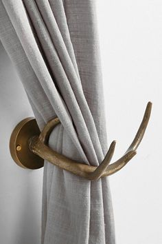 GEWEIEN GEBRUIKEN VR DRAPERIEEN Magical Thinking Antler Curtain Tieback - Urban Outfitters --- We have these in our front 'sitting' room and they're a lot nicer than I would have thought given the price. Antler Art, Deer Antler Crafts, Antler Wreath, Magical Thinking, Curtain Tie Backs, Linen Curtain, Curtain Panels, Deer Antlers, Home And Deco