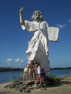 Moisés frente al mar en las Aguas de Moises en Venezuela.