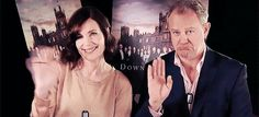 Elizabeth McGovern and Hugh Bonneville waving goodbye to Downton's fans! I'll miss them so much :'(