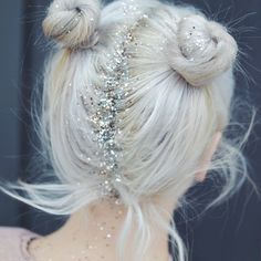 Summer Hairstyles : Glitter Roots New Year's Eve Beauty Ideas To Try Photos Glitter Hair Spray, Glitter Roots, Glitter Face, Pink Glitter, Glitter Gif, Glitter Wallpaper, Glitter Eyeshadow, Messy Hairstyles, Pretty Hairstyles