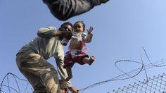 Sul filo spinato verso la libertà: cosa spinge i siriani alla fuga. Le foto che raccontano il terrore - La Stampa