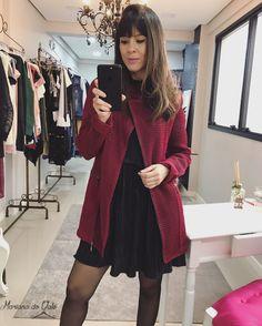 Look casaco cereja e slip dress. #moda #tendencia #lookdodia #slipdress #casaco