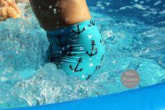 """Jetzt aber schnell mit den letzen Sommersachen! Eine kleine Badehose geht noch, auch kurz vor dem Urlaub. Dafür reichen auch Lycra-Reststücke und in jedes Gepäck passt sie sowieso. Wer lieber enge Schwimm-Shorts als weit schlabbernde Badehosen mag, kommt mit meinem neuen Badehosen-Freebook für Jungs auf seine Kosten: Gratis-Schnittmuster und Nähanleitung """"Badehose"""" gleich runterladen oder lieber erst mal ein paar Fotos gucken? Im Probenähen sind so süße, schicke, coole Badehosen entstanden…"""