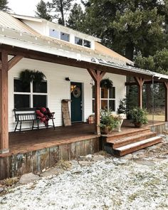 Farmhouse designs are commonly loved by those who still hold old family tradition strongly. Modern Farmhouse Exterior Design Ideas for Stylish but Simple Look Rustic Farmhouse, Rustic House, House Plans, Exterior Design, Rustic Houses Exterior, House, Building A Porch, Porch Design, House Exterior