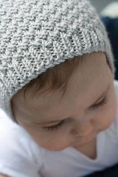 Baby Knitting Patterns Modern Baby Bonnet pattern by Hadley Fierlinger Baby Bonnet Pattern Free, Crochet Baby Bonnet, Knit Or Crochet, Free Pattern, Baby Hats Knitting, Baby Knitting Patterns, Free Knitting, Newborn Knit Hat, Baby Hat Patterns