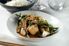 pad hed gui chai dtao huu tod (cogumelos fritos com nirá e tofu crocante)