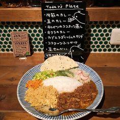 スリランカプレート 二度目の高円寺のピピネラで前回食べ損ねたスリランカプレート8種類の具材を混ぜ混ぜして頂きます美味しい #ピピネラ #スリランカプレート #カレー #curry #スリランカ料理 #バー #高円寺 #杉並区