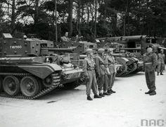 Żołnierze 1. Dywizji Pancernej przy czołgach typu Cromwell VII. Z prawej dowódca gen. Maczek.