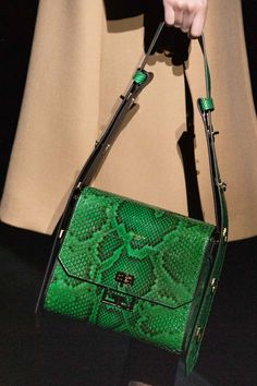 Fashion Shows - Givenchy Herbst/Winter 2019 Ready-to-Wear - Details - VOGUE Germany - Frauen Taschen My Bags, Purses And Bags, Fashion Weeks, Snakeskin Boots, Fall Handbags, New Bag, Mannequins, Vogue Paris, Leather Fashion