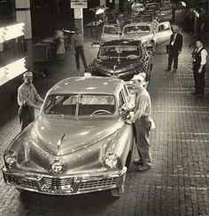 48 cars rolling off assembly .) It was Tucker Auto assembly. Retro Cars, Vintage Cars, Antique Cars, Vintage Auto, Vintage Ideas, Vintage Images, Fiat 500, Tucker Automobile, Ford City