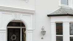 White-painted Victorian Semi-detached House in South London Terrace House Exterior, House Paint Exterior, Exterior House Colors, Painted Pebbledash, Rendered Houses, Victorian Homes Exterior, English House, Detached House, Semi Detached