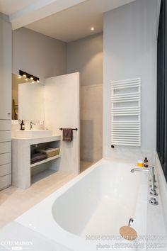 La salle de bains de cet appartement a été conçue comme un spa
