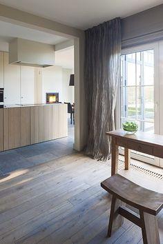 Open leefkeuken met kookeiland en hoge kastenwanden in uitbouw | hout | hardsteen | neutrale kleuren...