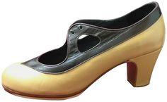 Diseña el zapato a tu gusto: Todos nuestros zapatos están hechos a mano y gracias a la gran variedad de opciones con más de 5000 variaciones por modelo diseña un zapato único para tí. Ante negro y detalle en piel o charol 100€  107€ ancho especial 131€ ancho especial y suela cosida